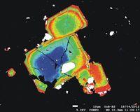 Falschfarbenbild sogenannter Orthopyroxen-Kristalle aus dem Magma, die die Forscher in der forensischen Analyse des Mount St. Helens-Ausbruchs 1980 verwendeten. Unterschiedliche Farben reflektieren unterschiedliche chemische Zusammensetzungen. Gelb stellt etwa eine besonders eisenreiche Zone dar. Quelle: Dr. Kate Saunders, University of Bristol. Bitte beachten: Das Bild ist zur Einzelverwendung im Zusammenhang mit dieser Presseinformation bestimmt und darf nicht archiviert werden. (idw)