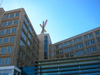 Sitz der Landesbank Berlin am Berliner Alexanderplatz. Im Oktober 2006 wurde das Logo der Bankgesellschaft (Entwurf: Kurt Weidemann) vom Dach des Gebäudes entfernt.