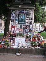 Gedenkstätte für Michael Jackson im Zentrum von München, direkt vor dem Hotel Bayerischer Hof, in dem Jackson sich zu einem Konzert in München aufhielt. Bild: Cholo Aleman / de.wikipedia.org
