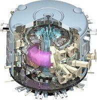ITER im Modell, in der Mitte ist das heiße Plasma (rosa) zu sehen. Bild: ITER Organization