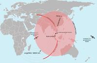 """Aufgrund des Treibstoffvorrats (rote Fläche) und der vom Satelliten empfangenen Triebwerksdaten (rote Linien) theoretisch mögliches Gebiet, in dem sich MH370 befinden könnte (Stand: 18.März2014). Das letzte durch einen Satelliten stündlich empfangene Signal um 8:11Uhr MYT (00:11Uhr UTC) am 8.März2014 kam aus einem der beiden sichelförmigen """"Korridore"""" entlang der beiden roten Linien. Der nördliche Korridor beginnt etwa an der Nordgrenze von Vietnam bzw. Laos und geht in einem Bogen (äquidistant zum Satelliten) über Tibet und Kirgistan bis Kasachstan, der südliche beginnt etwa auf der Insel Java und geht bogenförmig in den Südindik hinein. Das Flugzeug ist vermutlich innerhalb einer Stunde nach jenem Zeitpunkt des letzten Empfangs entweder gelandet oder abgestürzt; falls es sich noch in der Luft befand möglicherweise aufgrund Treibstoffmangels. Der angegebene Punkt der """"letzten gemeldeten Position"""" war die Abmeldung bei der Flugüberwachung (bei Abschalten des Transponders); es wurde später durch militärisches Radar über der Straße von Malakka geortet."""