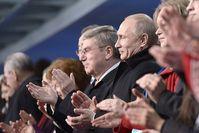 Wladimir Putin und IOK-Präsident Thomas Bach bei der Eröffnungsfeier der Olympischen Winterspiele 2014 im Stadion Fischt