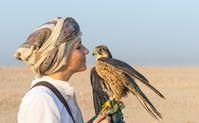 Laura Wrede mit einem Falken in der Wüste Katars  Bild: Qatar National Tourism Council Fotograf: Qatar National Tourism Council