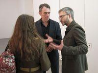 """Michael Triegel (re), Neo Rauch und Rosa Loy bei der Finissage zur Triegel-Ausstellung """"Verwandlung der Götter"""", Leipzig 2011 (Archivbild)"""