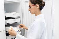 """Viele Arzneimittel müssen kühl gelagert werden. Deshalb gibt es in jeder Apotheke Kühlschränke.  Bild: """"obs/ABDA Bundesvgg. Dt. Apothekerverbände"""""""