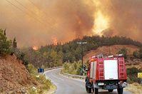 Fahrzeug der griechischen Feuerwehr auf dem Weg zum Einsatzort. (Symbolbild)