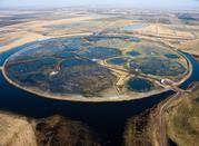 Das Zentrum von LOFAR, das sogenannte Superterp mit 6 LOFAR Stationen, wurde am 12. Juni 2010 offiziell von der holländischen Königin Beatrix eingeweiht. Es liegt auf einer künstlichen Insel in der Region Exloo im Norden der Niederlande. Foto: ASTRON