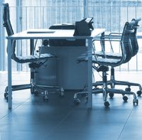 Leere Büros und Stühle
