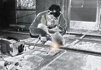 Metaller in der Metallindustrie (Schweißer) bei der Arbeit (Symbolbild)