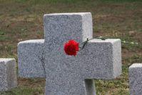 Granitkreuze symbolisieren in Schatkowo die Grabflächen. Bild: Volksbund Deutsche Kriegsgräberfürsorge e. V.