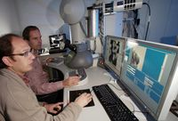 An einem neuen Transmissionselektronenmikroskop arbeiten die Mineralogen Prof. Dr. Falko Langenhorst Quelle: Foto: Jan-Peter Kasper/FSU (idw)