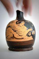 Ein Salbgefäß, eine sog. rotfigurige Lekythos, aus Athen um 400 v. Chr., das aus der Werkstatt des Jenaer Malers stammt und sich im Besitz der Friedrich-Schiller-Universität befindet.