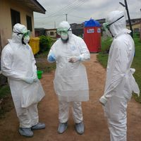 Nigerianische Ärzte üben das Anlegen der persönlichen Schutzausrüstung.