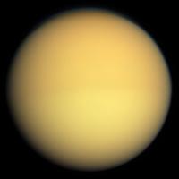 Titan im sichtbaren Licht, aufgenommen aus einer Entfernung von 174.000 Kilometern (Raumsonde Cassini, 2009)