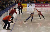 Wettkampfsituation auf der Wechselgeraden beim Eisschnellauf (Symbolbild)