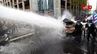 Ein Wasserwerfer wurde gegen friedliche Demonstranten in Frankrut eingesetzt.