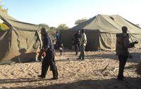 Regierungsvertreter und Polizei haben in Ranyane ein Lager aufgeschlagen, um lokale Anwohner zur Umsiedlung zur drängen.  Bild: FPK