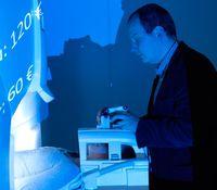 Am Magnetresonanztomographen: Prof. Dr. Bernd Weber vom Center for Economics and Neuroscience (CENs) Quelle: (c) Uni Bonn (idw)