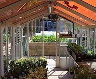 Treibhaus mit Photovoltaik-Folien auf dem Dach.