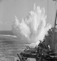 Explosion einer von der HMS Ceylon (1943) geworfenen Wasserbombe (1944)