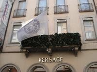 Versace Flagshipstore mit Medusa-Flagge in der Via Montenapoleone, Mailand (2007)