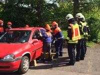 Die Kinder und Jugendlichen der Feuerwehr sichern das Fahrzeug und zerschneiden den PKW.