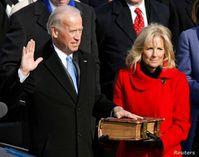 Joe Biden schwört seinen Amtseid auf eine Bibel mit satanistischem Kreuz (2021)