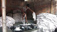 Lederproduktion in Bangladesh. Ohne Schuhe stehen Arbeiter in den Gerblaugen und atmen giftige Daempfe ein. Bild: Manfred Karremann für PETA