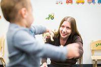 Rose Scott bei einem Experiment mit einem Kleinkind. Bild: ucmerced.edu