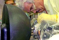 Reaktorexperiment: Forscher bei letzten Vorbereitungen. Bild: lanl.gov