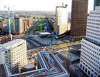 Blick über den Potsdamer Platz von Norden in Richtung Süden im Jahr 2004. Auf der begrünten Freifläche befand sich der oberirdische Potsdamer Bahnhof Bild: de.wikipedia.org