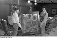 Noldes Hohe Sonnenblumen wurde als Leihgabe der Bayerischen Staatsgemäldesammlungen dem damaligen Bundeskanzler Helmut Schmidt zur Verfügung gestellt und im Kabinettssaal ausgestellt.