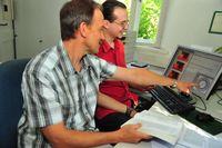 Alexander Krivov (l.) und Martin Reidemeister aus dem Jenaer Team, dem es erstmals gelang, das System des Sterns HR 8799 zu beschreiben und sein Alter zu bestimmen. Foto: Peter Scheere/FSU