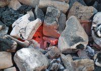 Holzkohle bzw. Grillkohle ist der kohlenstoffhaltige Überrest von der Holzverbrennung bei begrenzter Luftzufuhr.