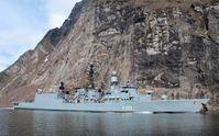 Der Marinemaler Olaf Rahardt an Bord der Fregatte F213 AUGSBURG. Die Fregatte im Geirangerfjord in Norwegen.