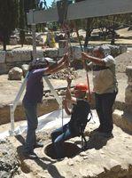 Bei den Arbeiten der Dokumentation kamen u.a. ein Portalkran und eine Bergsteigerausrüstung zum Einsatz. Quelle: J. Stroszeck/DAI Athen (idw)