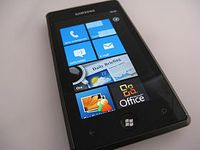 Beispiel für ein Smartphone mit Windows Phone 7, hier ein Samsung Omnia 7 Bild: Luca Viscardi from milano, italy / de.wikipedia.org