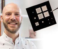 TU-Wien-Wissenschaftler Silvan Schmid mit einem Nano-Sensor.