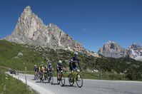Die Spitzengruppe in der Auffahrt zum Passo Giau.