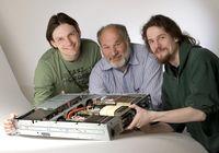 Dr. Mario Lüttich, Karl-Heinz Knauber und Tobias Koske mit dem neuen Grafikkarten-Supercomputer am Max-Planck-Institut für biophysikalische Chemie. Bild: Stark / MPIbpc