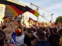 Jubel auf der Fanmeile in Berlin vor dem Brandenburger Tor am 9. Juni 2006