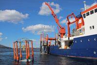 Aussetzen der Meskosmen mit dem Forschungsschiff ALKOR im Raunefjord bei Bergen. Quelle: Foto: Paul Stange, GEOMAR (idw)