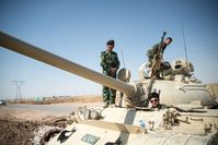 Peschmerga auf einem T-55 außerhalb Kirkuks im Juni 2014