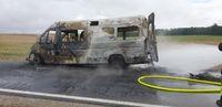 Das ausgebrannte Wohnmobil muss weiter gelöscht werden, um weiteres Entflammen zu verhindern. Bild: Polizei