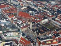 Luftbild der Münchner Innenstadt mit Marienplatz, Neuem Rathaus und Liebfrauendom (2009)