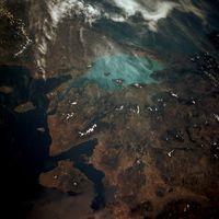 Satellitenaufnahme des Meeres; die deutlich sichtbare Strömung aus dem Bosporus bestimmt die Oberflächenhydrografie des Meeres
