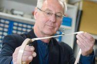 Uwe Hartmann zeigt sein flexibles Sensor-Kabel. Bild: Oliver Dietze
