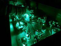 Extrem kurze Laser-Pulse verändern die Elektronenwolken von Molekülen. Quelle: Foto: MBI (idw)