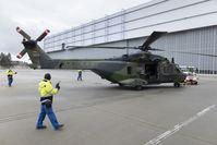 Der NH-90 beim Einschleppen in den Hangar.  Bild: Elbe Flugzeugwerke GmbH Fotograf: Presse- und Informationszentrum AIN