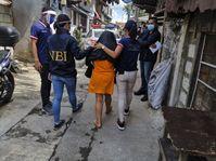 """Eine Straftäterin wird während einer Razzia von der Polizei abgeführt.  Bild: """"obs/International Justice Mission e.V."""""""